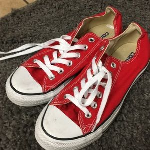 Red converse sneakers,l